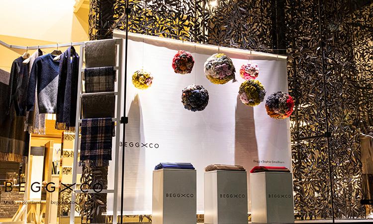 <p>ロンドンの人気アーティスト、ソフィー・スマルホンによる色彩豊かなインスタレーションが見られる店舗もあり。(※写真は伊勢丹サローネ丸の内メンズ)</p>