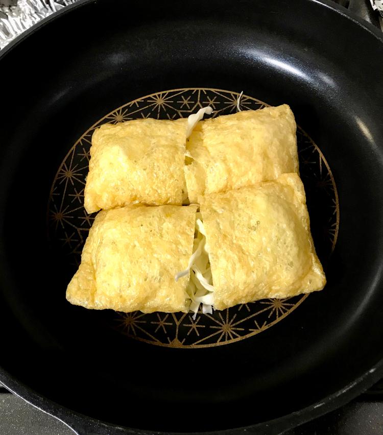 <p>4. フライパンを中弱火にかけ油少々を引き、油揚げを並べる。</p>