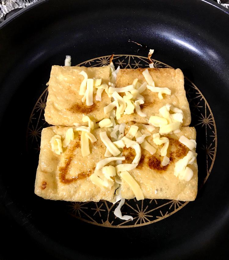 <p>6. キャベツがしんなりしてきたら、とろけるチーズをかけ、再度蓋をして蒸し焼きに。</p>