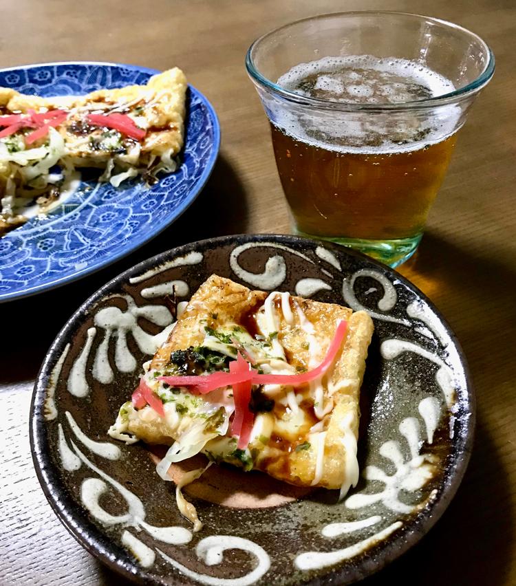 <p>7. チーズがとけたら皿に盛り、お好み焼きソース、マヨネーズ、青のり、鰹節、紅生姜などをかけたら完成です。こぼれたキャベツが少し焦げて、意外にお好み焼きっぽくなりますよ。これには間違いなくビールが合います! ぜひお試しください。</p>