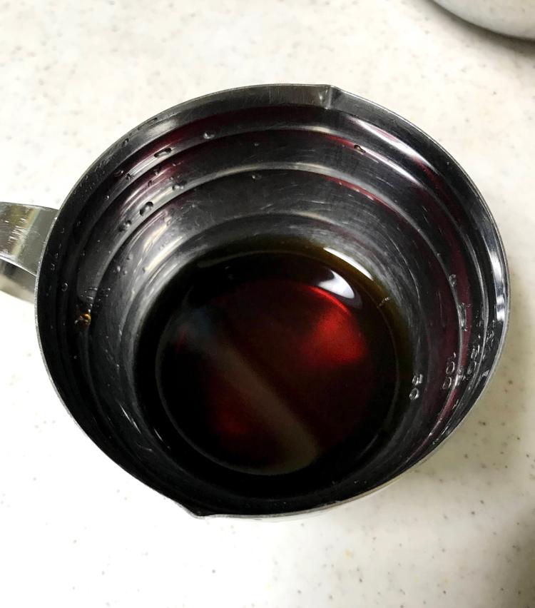<p>6. 次に合わせダレ作り。水50ml、オイスターソース大さじ1、醤油大さじ半分、酢大さじ半分、黒胡椒やや多めをよく混ぜておく。</p>