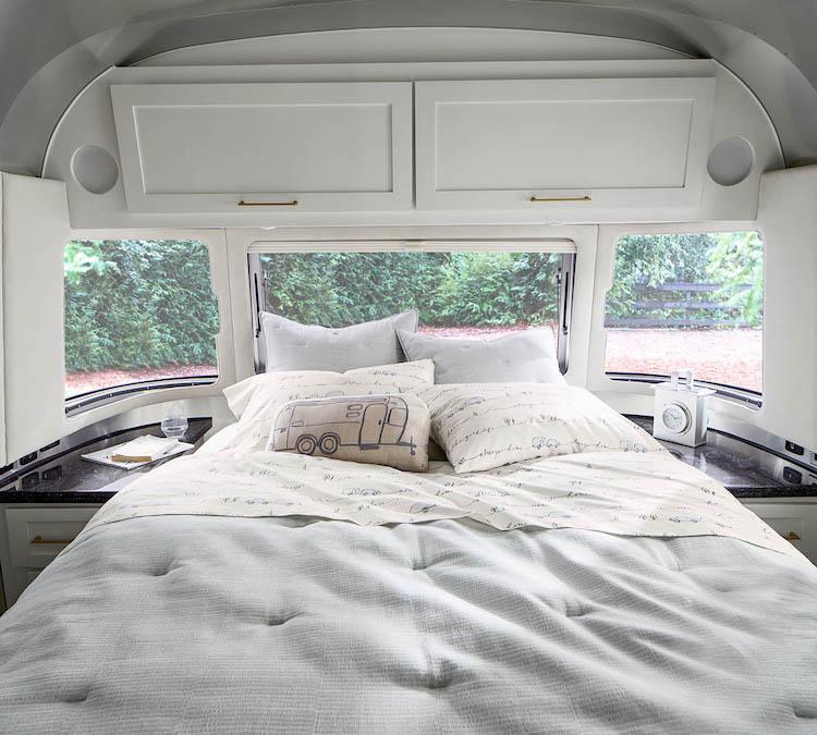 <p>最大4人まで宿泊可能な室内には、エアコンによる冷暖房に加え、床暖房も備えられている。</p>