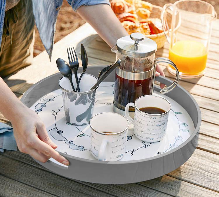 <p>細部にまでこだわり、付属する16点メイソンストーンウェア食器セットは、寝具同様、エアストリーム仕様に仕立てられているという。</p>