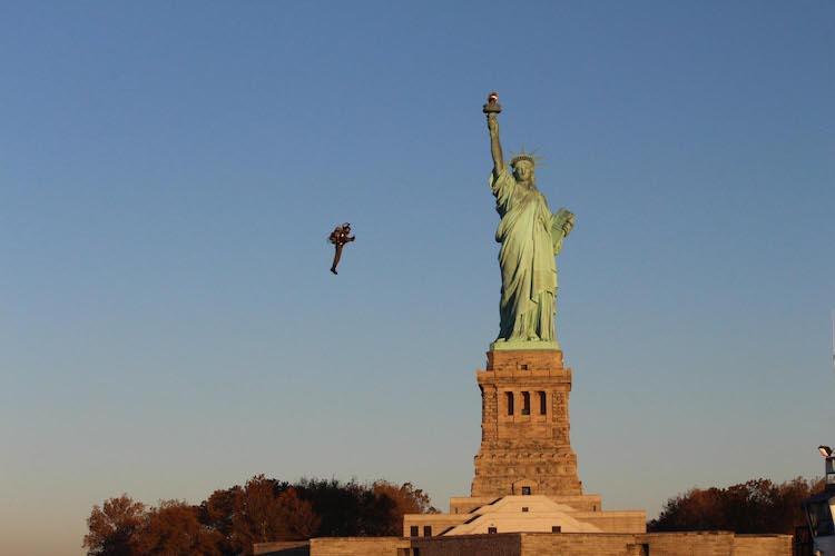 自由の女神像でデモンストレーション飛行したジェットパック