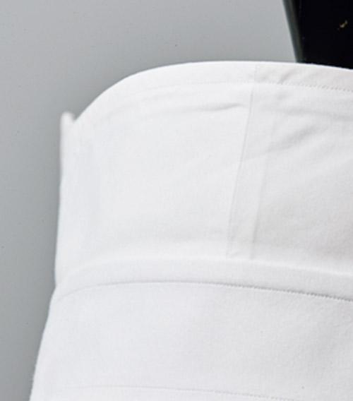 <p><strong>8.首に吸いつくようなフィット</strong><br /> 襟裏を中央で切り替え、45度傾けることで首へのフィット感を向上。</p>