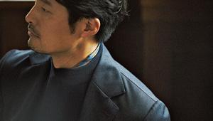 モックネックのニットには、細身のスカーフがよく似合う