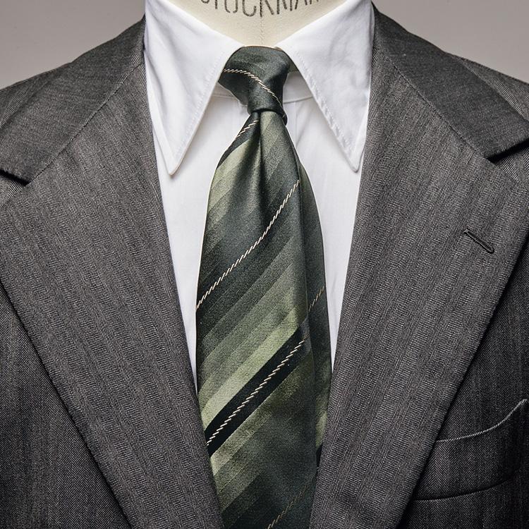 渋さと爽やかさが共存する、グリーンタイの装い【1分で出来る胸元お洒落】