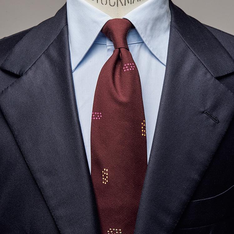 ポイントのある赤色ネクタイで、パワーVゾーンをひと捻り【1分で出来る胸元お洒落】