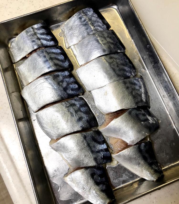 <p>1. 塩鯖は腹骨をすきとり、3cmのそぎ切りにする。バットに並べ、酒大さじ1を全体に馴染ませ、5分ほど置いておく。酒を振ることによって、鯖の生臭みを抑えます。</p>