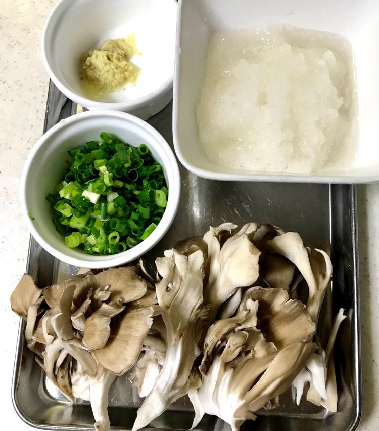 <p>2. 舞茸はひと口大にほぐす。大根は皮を剥き、おろしておく。生姜もすりおろし、青葱は小口切りにする。</p>