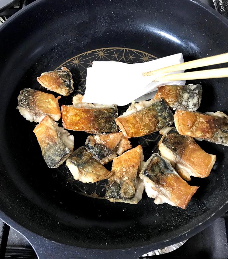 <p>10. 皮目に焼き色が付いたら返し、蓋をして2〜3分蒸し焼きにする。蓋を開け、水分を飛ばし、余計な油を拭き取る。</p>