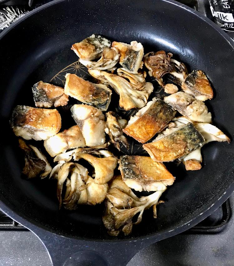 <p>11. 舞茸を戻し入れ、全体をよく馴染ませたら皿に盛る。先程の餡をかけ、青葱を散らしたら完成!</p>