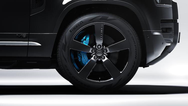 <p>専用デザインの22インチアルミホイールもブラックに。ブレーキキャリパーはブルーのペイントが施された。</p>