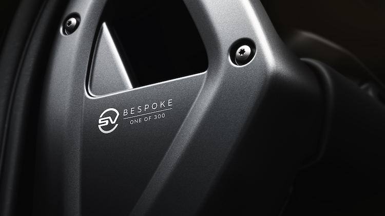 <p>レザーエッチングで、ビスポークの300台限定モデルであることが刻まれている。</p>