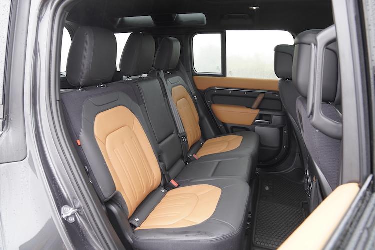 <p>後席シートも前席同様の素材を採用。110には折り畳み式3列目シートがオプションで用意される。</p>